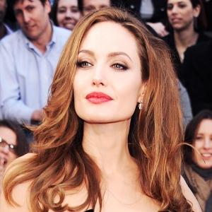 Al incorporar destellos cálidos en el cabello, el labial tiene otra pigmentación, más sentadora para este nuevo aspecto, de lo que sería el labial previo.