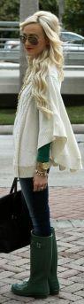 Con mismo color en la prenda superior y en algún accesorio, como el calzado